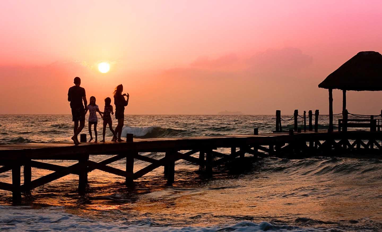 Uma família relaxando na praia