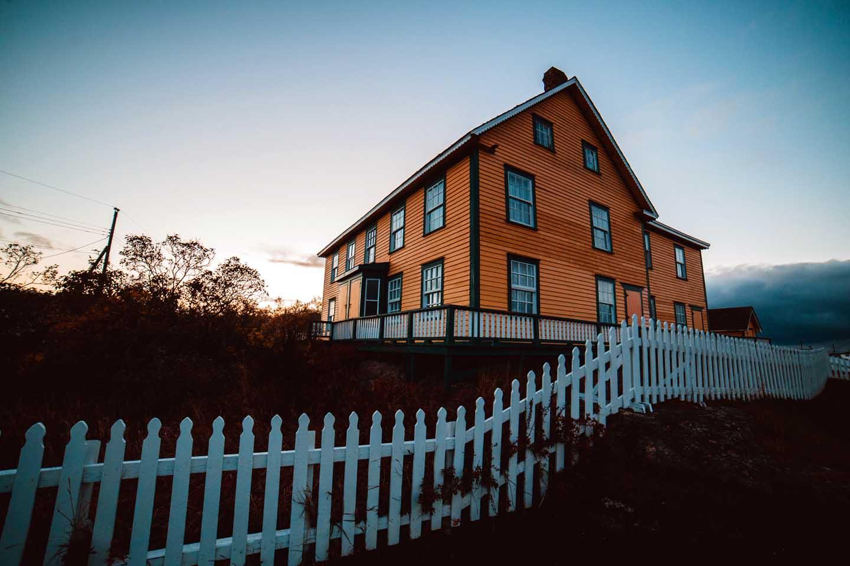 A cerca delineando a propriedade da casa