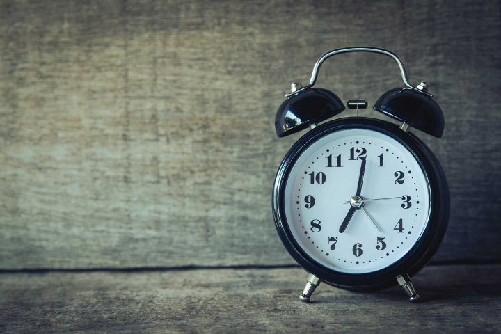 Um relógio de alarme - Photo by Aphiwat from Pexels