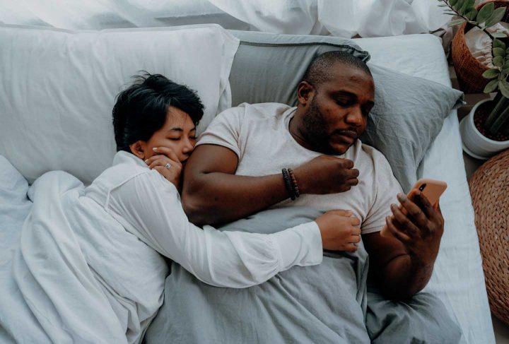 Homen usando celular na cama - Photo by Ketut Subiyanto from Pexels